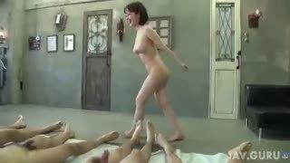巨乳美女がガチ素人の男達からザーメンを搾り取って顔中精子塗れ