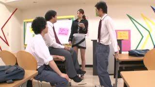 生徒達にお願いされ断る事が出来ずにおチンポを舐め回す女教師!