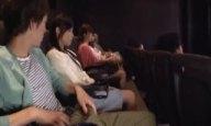 映画館で巨根を目撃した客がこっそり痴女手コキ